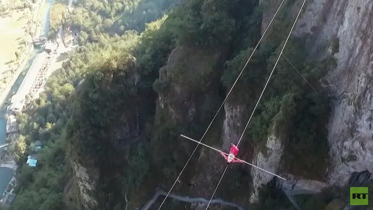 Tres acróbatas desafían las leyes de la gravedad sobre un precipicio en China (VIDEO)