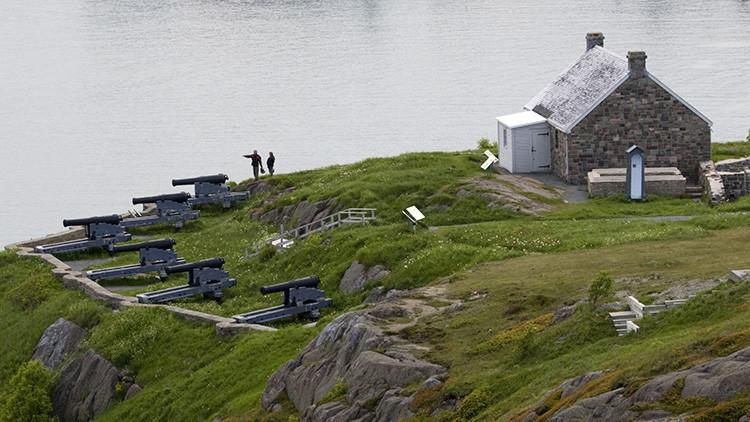 Dos personas en el puerto de Signal Hill, Terranova, Canadá.