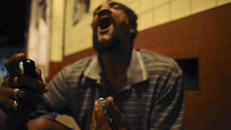 Una persona consume droga en el casco antiguo de la ciudad de Salvador de Bahía, en Brasil.