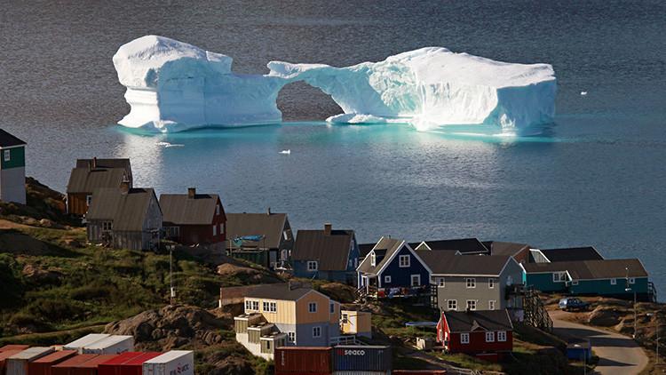 Un iceberg flota cerca de un puerto de Kulusuk, Groenlandia, Dinamarca, 1 de agosto de 2009