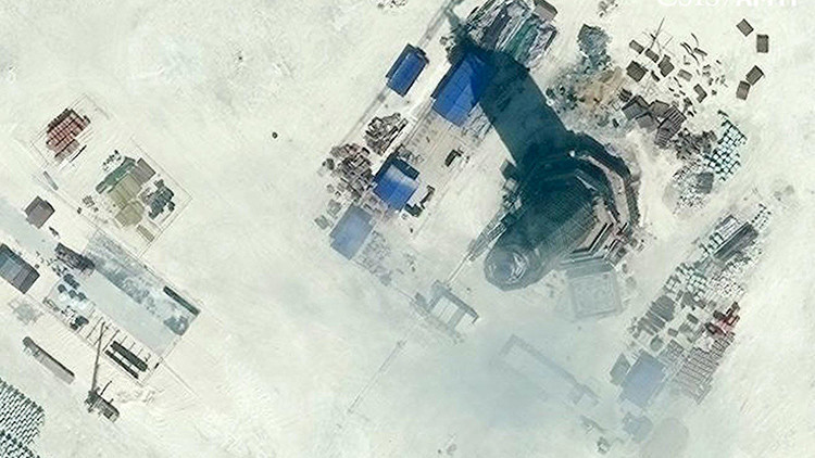 Imágen satélite de la construcción del faro en el arrecife Subi