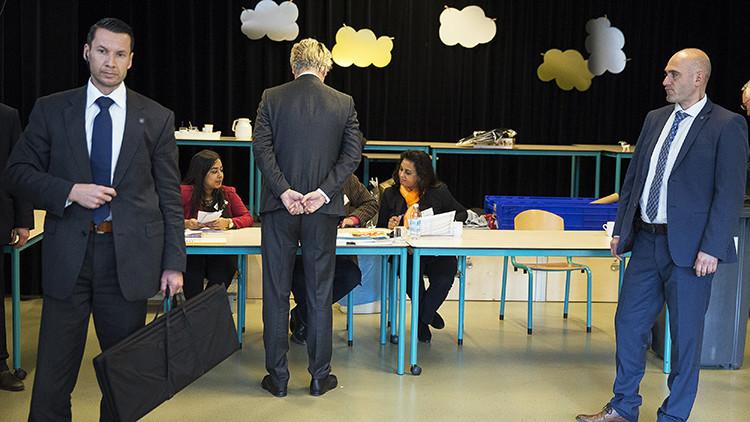 Guardaespaldas observan mientras Geert Wilders, líder del Partido para la Libertad (PVV)  de ultraderecha holandesa emite su voto en el referéndum consultivo sobre la asociación entre Ucrania y la Unión Europea, en La Haya, Países Bajos. 6 de abril de 2016.