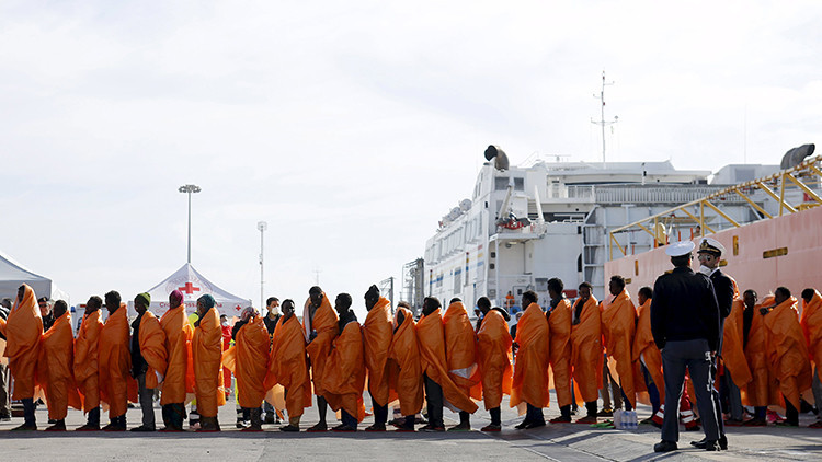 Refugiados hacen cola tras desembarcar en Pozzallo (Italia) el 29 de marzo de 2016