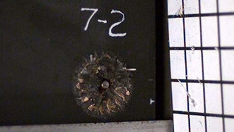 Video: Espuma metálica convierte balas perforantes en polvo