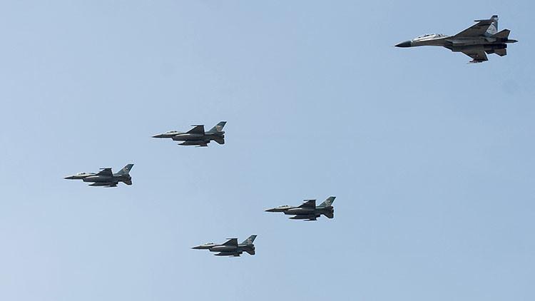 Aviones de combate de Indonesia sobrevolando la base aérea Halim
