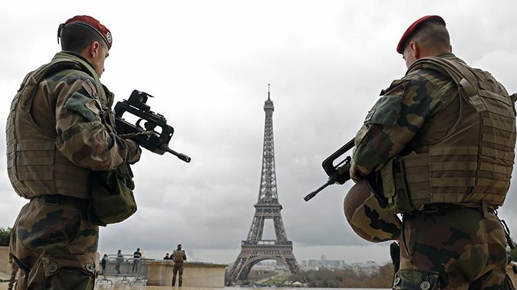 Policías franceses patrullan cerca de la Torre Eiffel, en París, Francia, el 30 de marzo de 2016