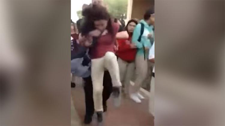 Impactante video: Un policía de Texas reduce a una niña con una llave demoledora
