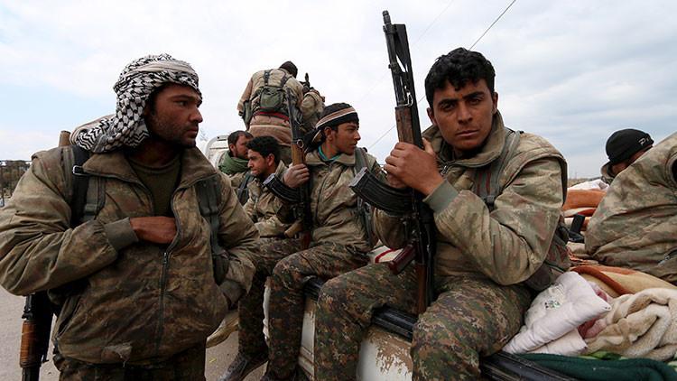 Combatientes de las Unidades de Protección Popular (YPG, por sus siglas en kurdo) en la ciudad de Qamishli, Siria, el 11 de marzo de 2016.