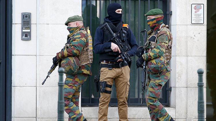 Soldados y agentes de la Policía belga hacen guardia frente a un tribunal en Bruselas, Bélgica, el 7 de abril de 2016