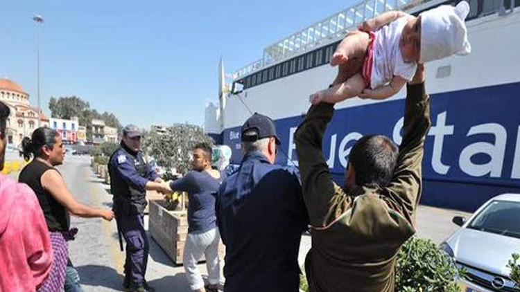 Sobrecogedor video: Un refugiado amenaza con lanzar un bebé a la Policía en una protesta en Grecia