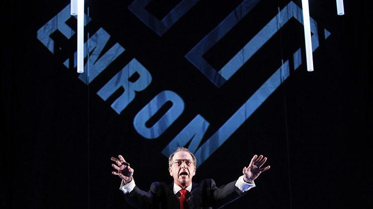 Un actor Gregory Itzin, que representa el exdirector ejecutivo de Enron, Kenneth Lay, interviene durante un ensayo general de la obra Enron en Nueva York, el 7 de abril de 2010