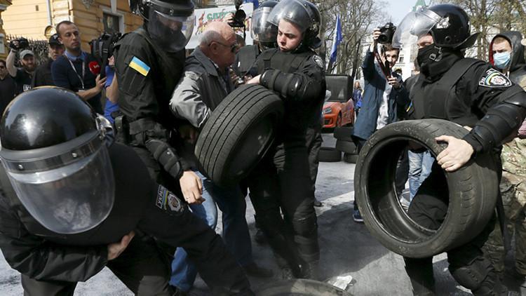 Video: Radicales ucranianos chocan con Policía durante la conmemoración de la Segunda Guerra Mundial