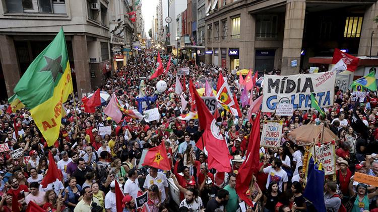 Una marcha de condena del golpismo en Brasil