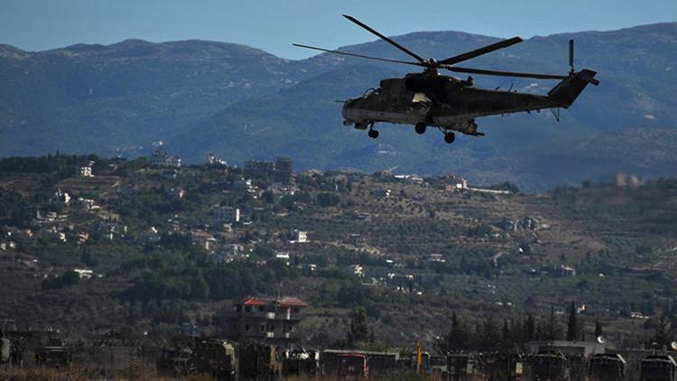 Un helicóptero Mi-24 de la Fuerza Aérea rusa sobrevuela la base aérea de Jmeimim (Siria)