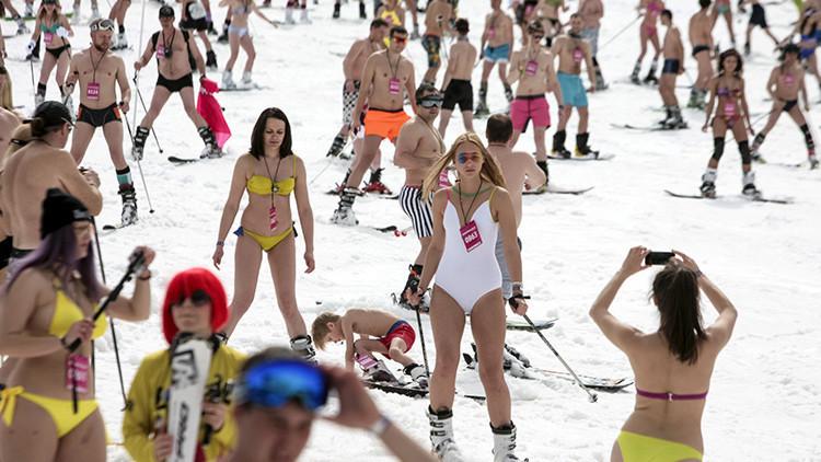 Esquiadores en bañador descienden por una pista de Roza Jútor (Sochi) el 9 de abril de 2016.