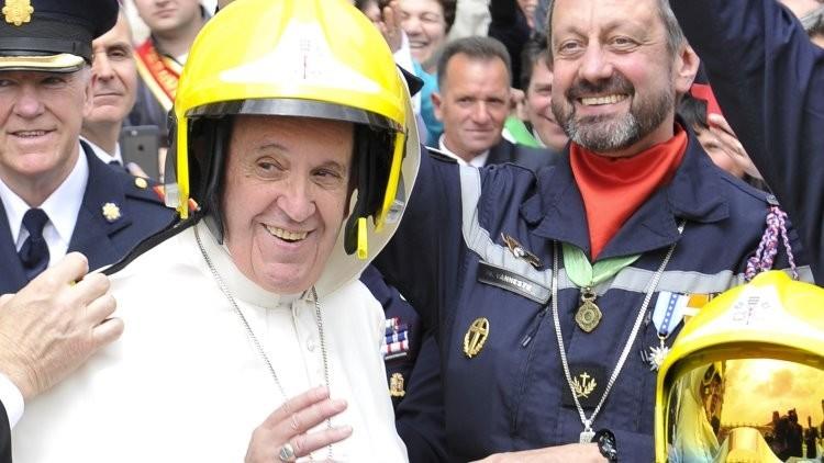 El papa 'se enrola' en un escuadrón de bomberos franceses (Fotos)
