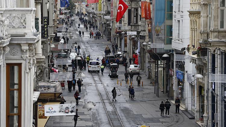 Un grupo de peatones en el paseo de Istiklal de Estambul un día después el atentado del 19 de marzo de 2016.