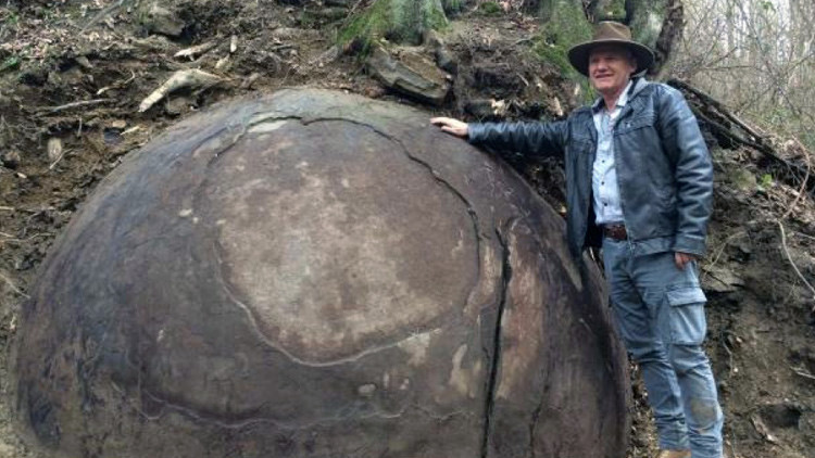 Un 'Indiana Jones' encuentra una gigantesca bola de piedra en Bosnia (VIDEO)