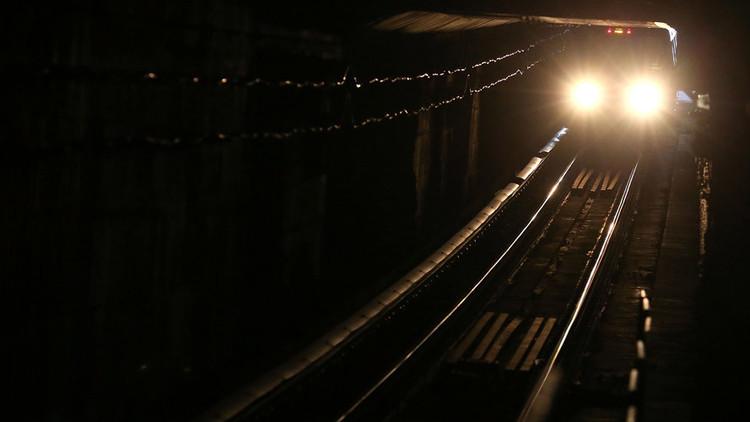 Un convoy de metro lleno de pasajeros queda atrapado en un túnel en EE.UU. (video, fotos)