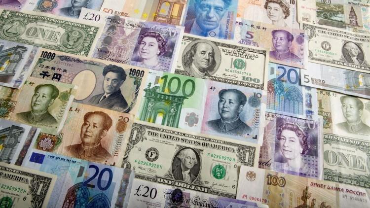 El dólar en medio de múltiples divisas