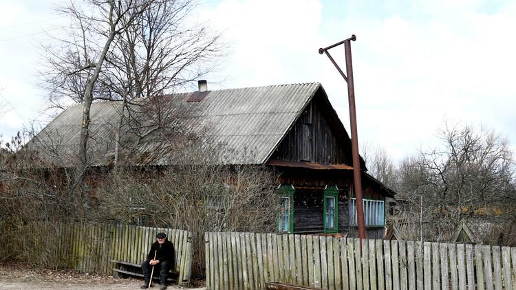 Iván Shamianok, de 90 años, cerca de su casa en el pueblo bielorruso de Tulgovichi
