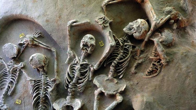 Esqueletos de las dos fosas comunes encontradas en el sur de Atenas.