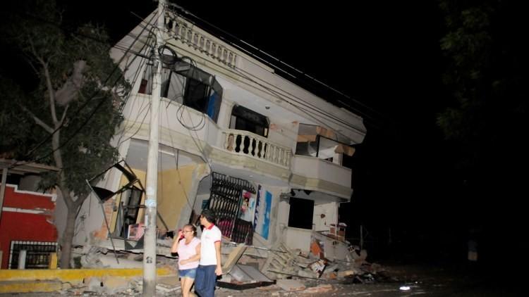 Primeros videos y fotos del potente terremoto de magnitud 7,8 que ha generado el caos en Ecuador