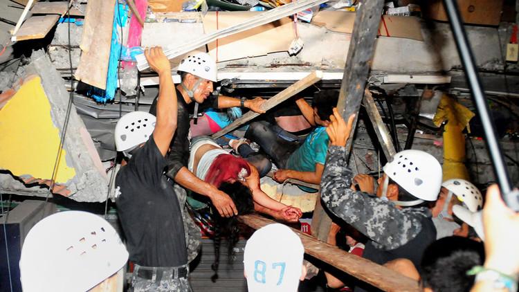 Los equipos de rescate trabajan para sacar a los sobrevivientes atrapados en un edificio derrumbado después del gran terremoto, Manta. 17 de abril de 2016