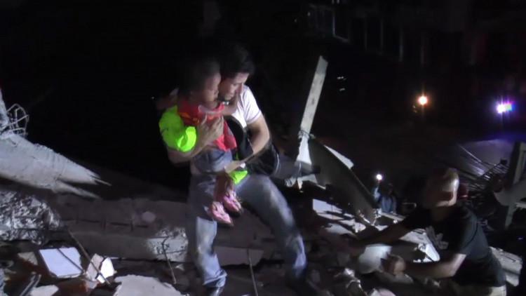 Ecuador: dos niños sobreviven bajo escombros tras el terremoto en Manta (Video)