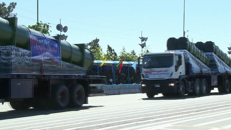 El sistema ruso de defensa antiaérea S-300 luce durante un desfile militar en Irán (Video)