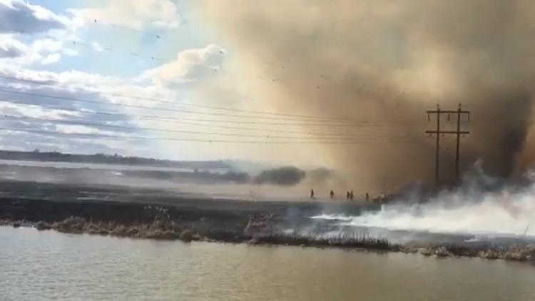 Video: Un bombero salta a un lago para escapar de un 'tornado de fuego'