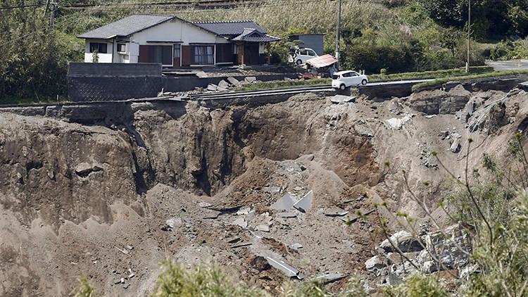 Una carretera colapsada tras el terremoto registrado en la ciudad de Minamiaso (prefectura de Kumamoto) el 16 de abril de 2016.