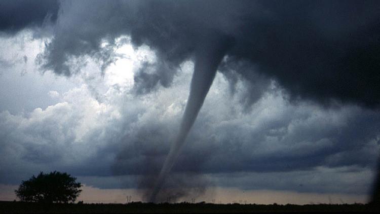 Video impactante: Un tornado arrasa  en 30 segundos una tienda de zapatos en Uruguay
