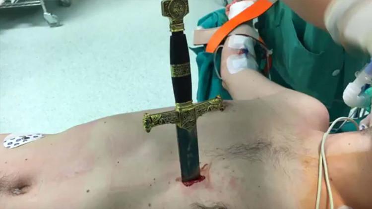 No apto para sensibles: Le extraen una espada clavada a centímetros del corazón (video)