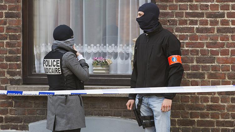 Agentes de la Policía belga y francesa durante una operación para registrar un complejo de apartamentos en el distrito de Uccle en Bruselas (Bélgica).