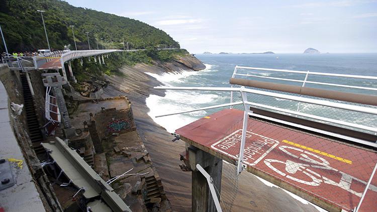 Un video capta el momento en que una ola 'se traga' un tramo de la ciclovía en Brasil