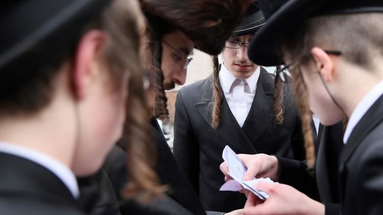 Miembros de la comunidad judía durante celebración de la fiesta de Purim en Londres, Reino Unido
