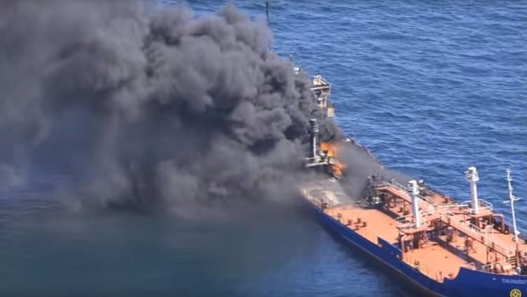 Video: Se incendia un buque cisterna ruso en el mar Caspio