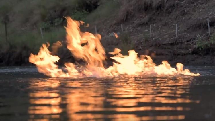Video: Las llamas se apoderan de un río cerca de un sitio donde se desarrolla el 'fracking'