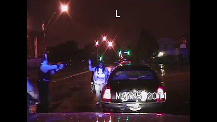 Video: Revisan el caso de un policía de EE.UU. que golpeó contra el suelo a una mujer afroamericana
