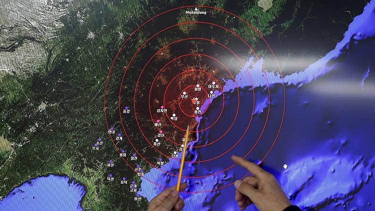 Ko Yun-hwa, administrador de la Administración Meteorológica de Corea del Sur, apunta de dónde proceden las ondas sísmicas observadas en el país vecino, el 6 de enero de 2016.