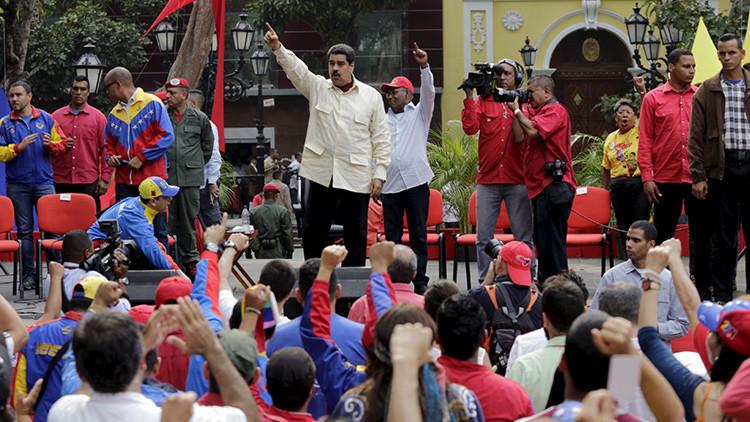 El presidente de Venezuela, Nicolás Maduro, saluda a sus partidarios durante un acto por los 206 años de la declaración de la independencia