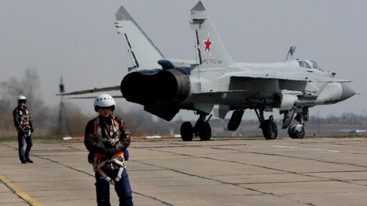 Los cazas interceptores rusos MiG-31 BM entrenan cómo aterrizar con un motor apagado