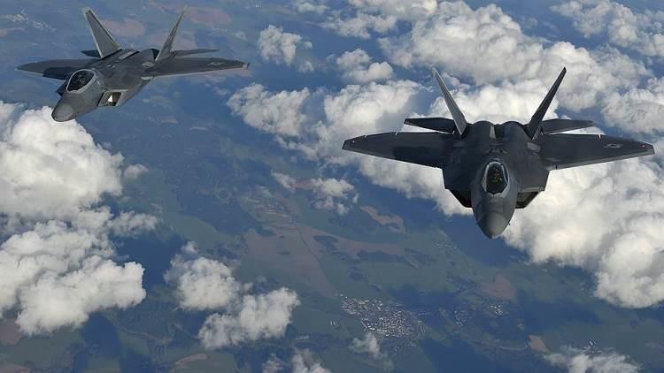 Dos aviones F-22 en vuelo