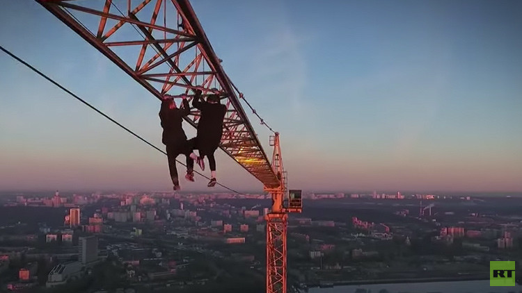 Vertiginosa locura: dos rusos se cuelgan de una mano a 300 metros de altura (VIDEO)