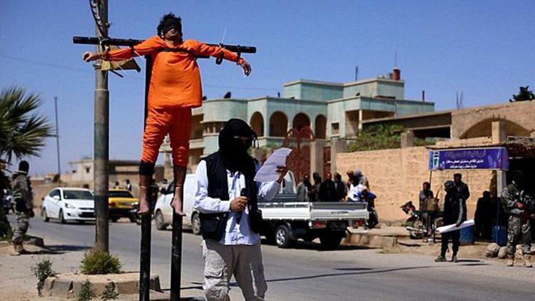 El Estado Islámico crucifica a dos jóvenes en la ciudad siria de Raqa