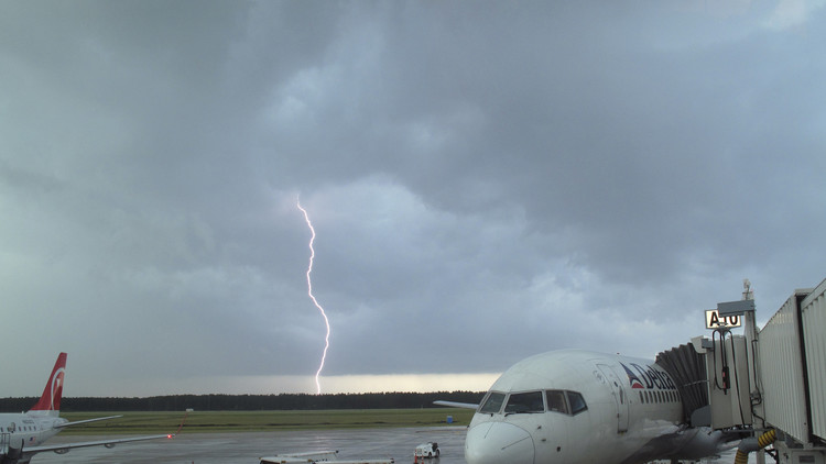 Video: Un fuerte relámpago golpea un avión de pasajeros en pleno vuelo
