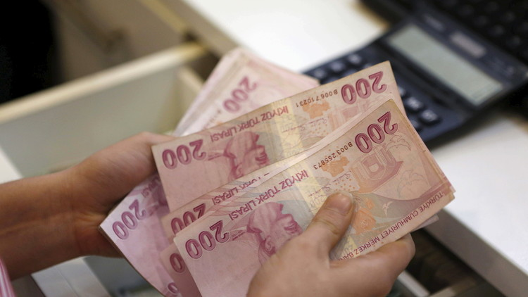 ¿Venganza o generosidad? Hombre asalta un banco y lanza el dinero a la calle (video)
