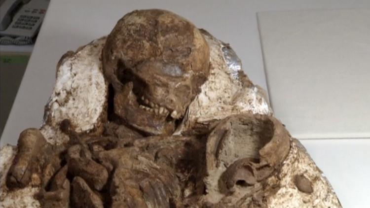 Madre milenaria: Descubren fósil de una mujer sosteniendo a un niño en sus brazos (FOTOS)