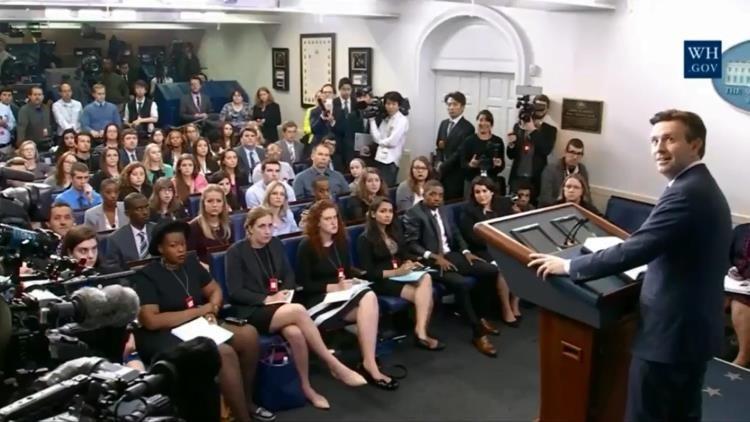 Un extraño sonido interrumpe un evento en la Casa Blanca (Video)